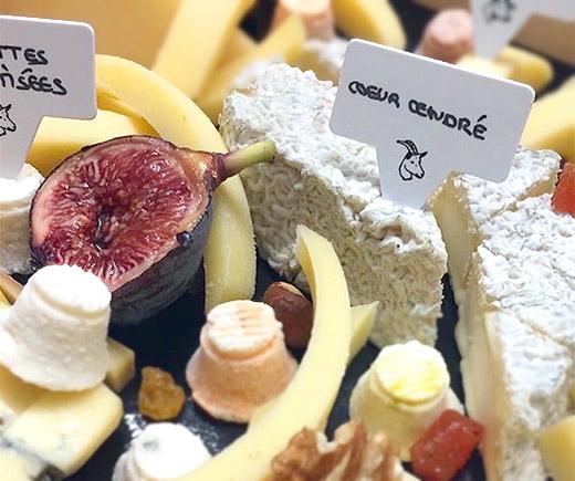 Une belle planche de fromages avec des étiquettes Atypi